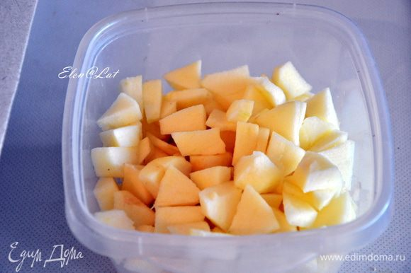 Для яблочной начинки: Яблоки очистить и нарезать крупным кубиком, отварить в небольшом количестве воды до мягкости, слить воду и остудить.