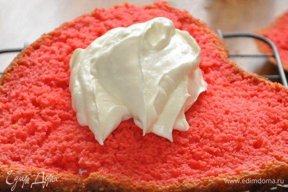 Коржи промазать белым кремом и собрать торт.