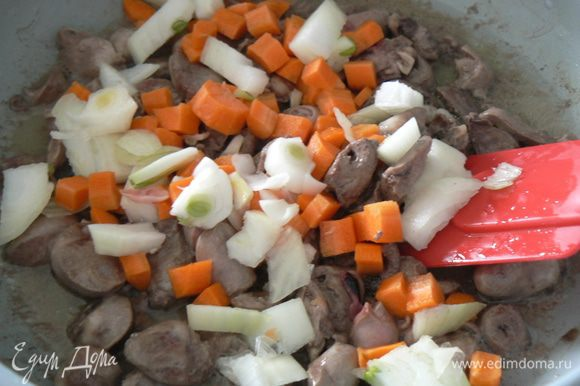 В этот момент чистим морковь с луком, режем кубиками, добавляем к сердцам
