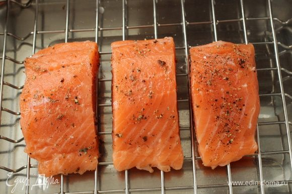 Выложить рыбу в форму для запекания. Я использую форму с решеткой. Решетку необходимо смазать растительным маслом.