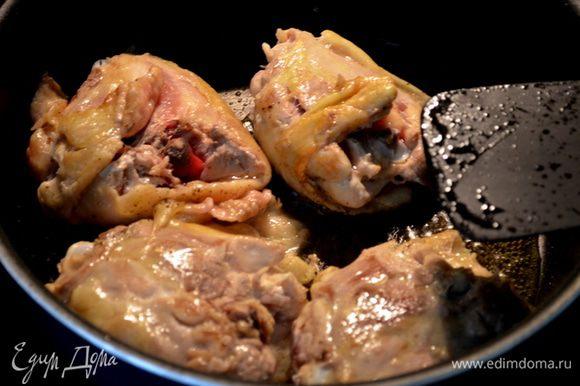 Разогреть 2 ч.л. олив. масло и слив.масло на сковороде с тяжелым дном. Пожарить куриные бедрышки 8 мин. Отложить на тарелку.