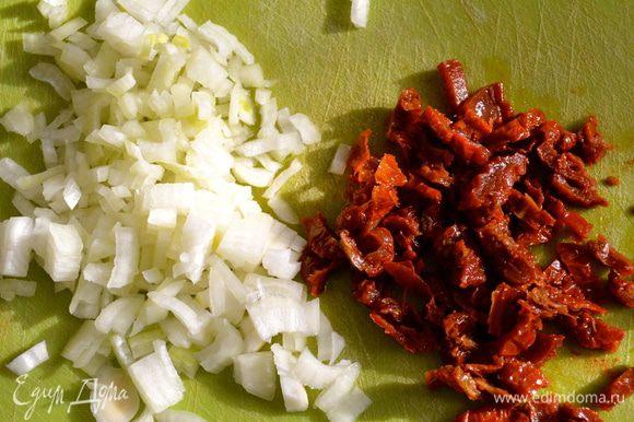 Мелко нарезать половину луковицы и вяленые помидоры.