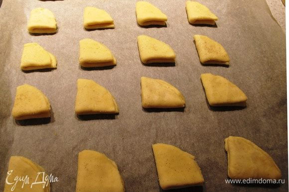 Запекать в духовке минут 15-20 при температуре 160-180 градусов. Главное не пересушить! Как печенье покоричневеет - готово. Перед подачей посыпать сахарной пудрой. Приятного аппетита!