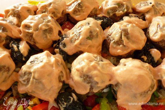 Смазать шарики соусом.Закрыть форму крышкой и запекаем при 160-170 градусах 1 час 10 минут.Приятного вам аппетита!
