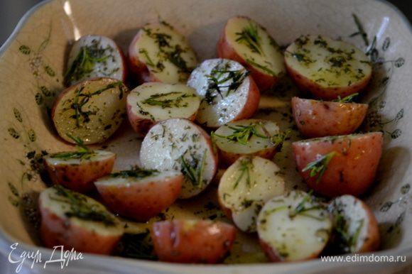 Выложить все травы и соль с перцем на это блюдо. Каждый картофель обвалять в нем. Поставить в разогретую духовку и готовить 20-30 мин.или до готовности.