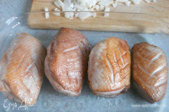 Переложить мясо кожей вверх в жаропрочное блюдо и обжаривать в духовке около 20 мин (до готовности).