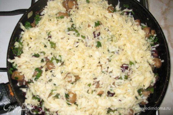 Финальная часть нашего творения - это тертый сыр! Посыпаем им наше блюдо, находящееся еще в сковороде, выключаем плиту и накрываем (не перемешивая) крышкой.