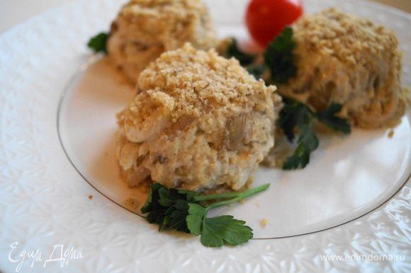 Выложить готовый салат в порционные формочки и перевернуть их на тарелку, снять формочки. Посыпать верх салата грецкими орехами, украсить зеленью и подавать на стол. Приятного аппетита!!!