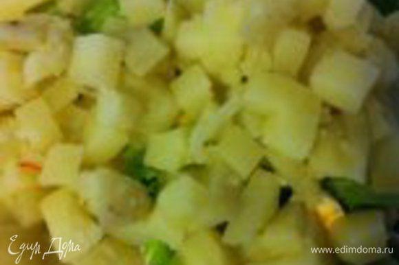 в последнюю очередь добавляем теплый, порезанный на кубики картофель, приправляем оливковым маслом, солим, перчим...