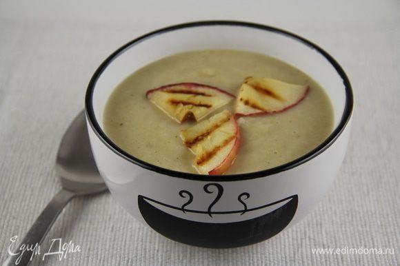 Разливаем суп по тарелкам, украшаем дольками яблок и листиками петрушки и подаем. Я еще немного тертого чеддера добавила в тарелки. Приятного аппетита))