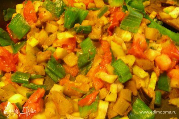 В сковороде разогреваем оливковое масло, добавляем карри и корицу, прогреваем их минуту. Добавляем овощи и быстро их обжариваем, постоянно помешивая, минут 7. Добавляем тимьян и орегано.