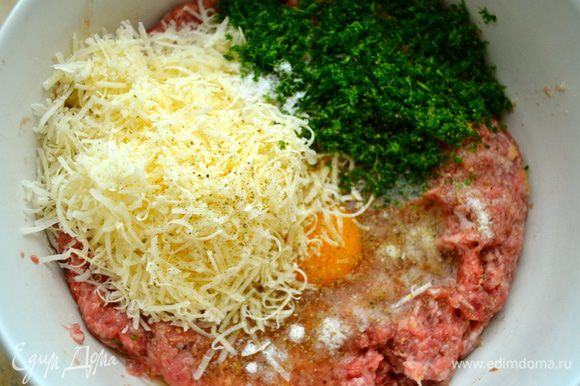 Тертый сыр, соль, перец (по вкусу) и петрушку.