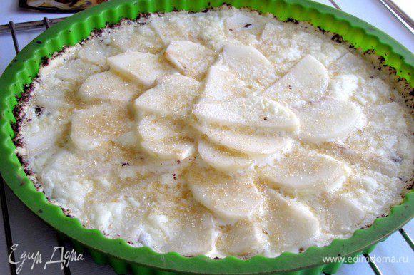 Вытащить пирог из духовки. Температуру понизить до 180 град. Пирог посыпать коричневым сахаром и выпекать еще 20-25 минут, до образования золотистой корочки.