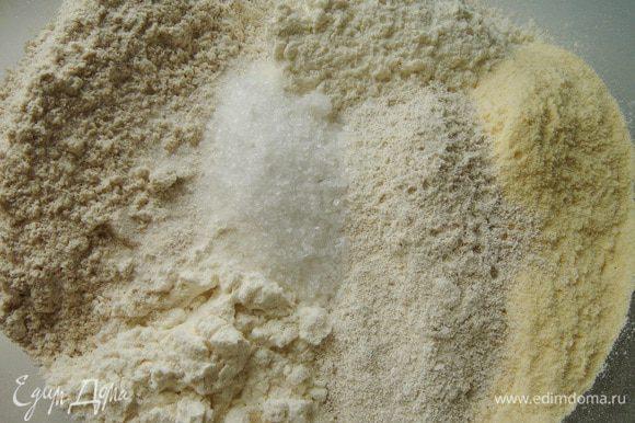 Для хлеба развести дрожжи в воде с сахаром. В глубокой миске смешать все виды муки с солью. Влить воду с дрожжами, добавить зрелого теста и замесить липкое тесто.