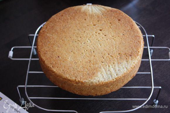 Вот такой красавчик бисквит у нас получился. Остужаем его на решетке и разрезаем на 2 коржа.