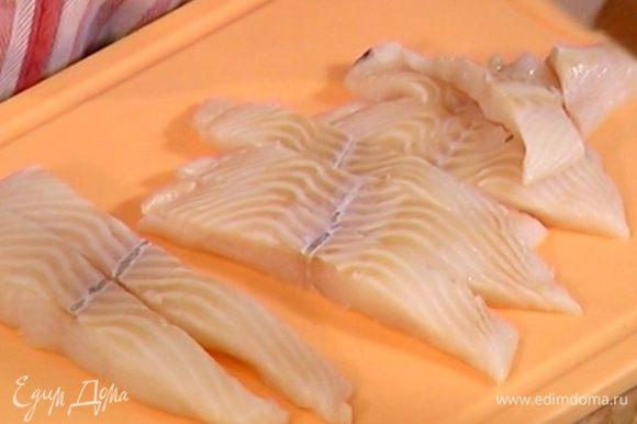 Рыбу нарезать полосками толщиной 1 1/2 см.