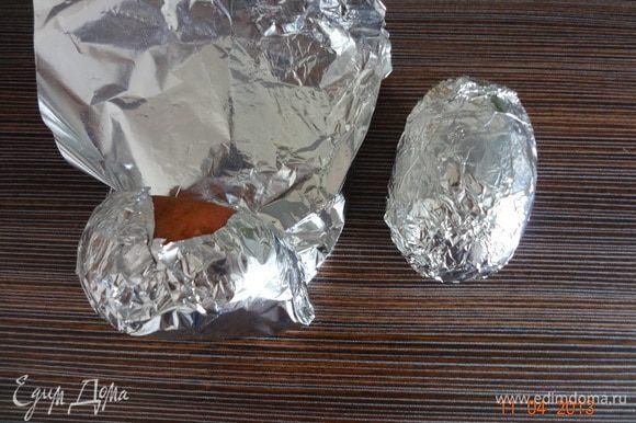 Каждую картофелину очень плотно завернуть в фольгу, сложенную вдвое. Положить в духовку на решетку и запекать час при 180 С. Тем временем, натереть сыр на мелкой терке, измельчить зелень.