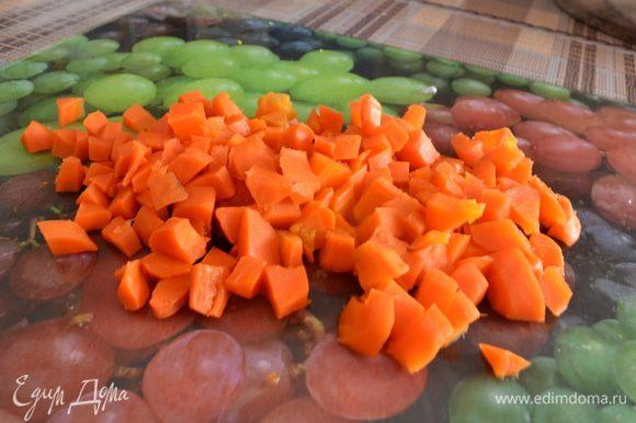 Очистить от кожуры морковь и нарезать кубиками.