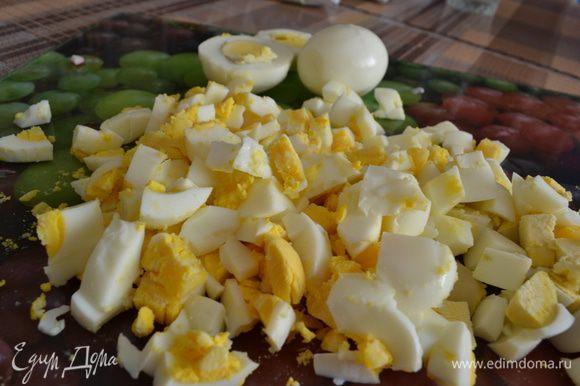 Кубиками нарезать яйца.