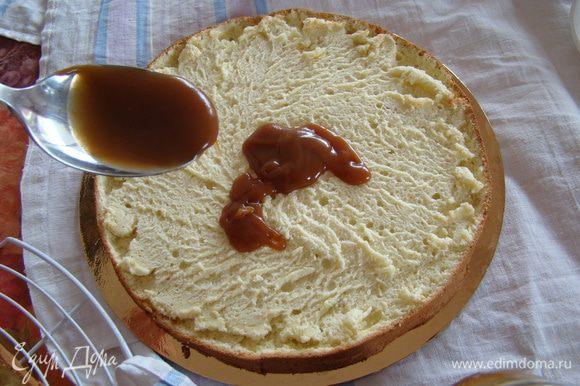 Разрезаем бисквит вдоль на 2 коржа