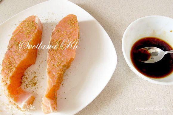 Приготовьте маринад для рыбы и овощей. Для этого смешайте все составляющие и хорошо разотрите до однородности.