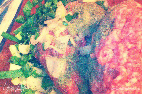 Лук мелко нарежьте, разомните в ступке с солью и перцем. Смешайте мясо и лук, зеленый лук. Все хорошо перемешайте.
