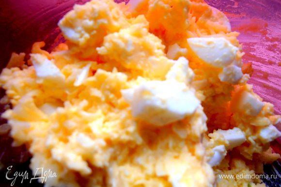 Перемешиваем нарезанные яйца с сыром и майонезом, добавив чеснок по вкусу!