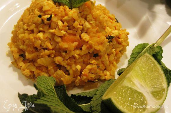 Мяту мелко порезать, добавить к рису с курицей. Приятного аппетита!