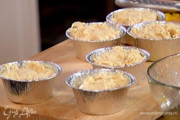 Формочки для маффинов смазать оливковым маслом, выложить на дно кусочки манго, затем заполнить формы тестом и отправить в разогретую духовку на 18 минут.