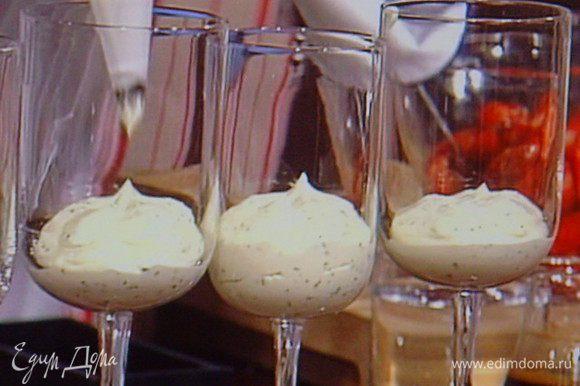 Бисквит разделить на кусочки (просто поломать). Сварить эспрессо, охладить, по желанию подсластить. Первый слой: крем- базилик.