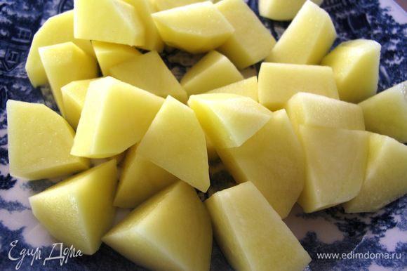 Картофель и кабачки порезать брусочками.