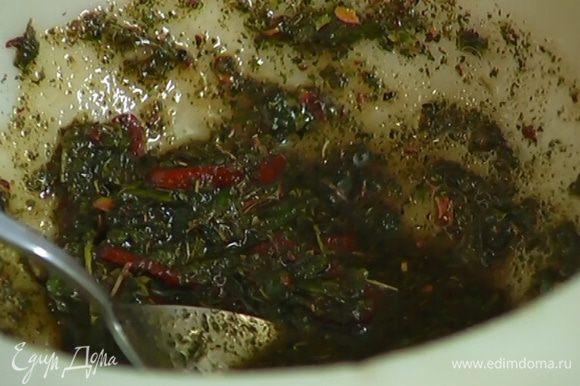 Перец чили вместе с семенами нарезать тонкими кольцами, добавить в заправку и еще раз перемешать.