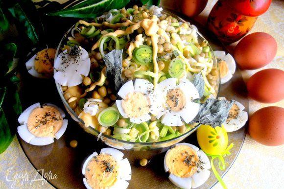 Сверху немного горошка и мяты чуть-чуть... Каждый накладывал себе в тарелку порцию и заправлял салат майонезом или сметаной или оливковым маслом))