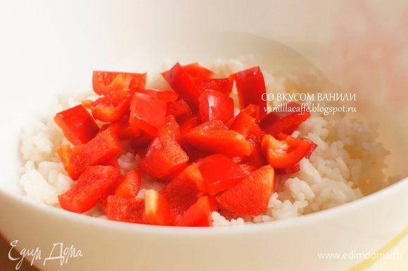 Каждый ингредиент салата добавляем в миску с рисом: нарезанный перец.