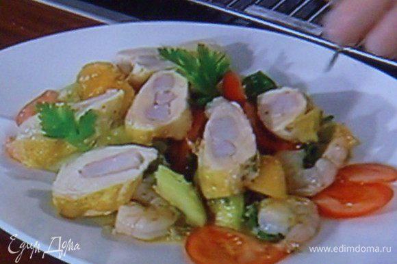 Выложить салат на блюдо, креветки, куриное филе, листик базилика или петрушки. По желанию. Приятного аппетита!