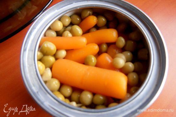 Морковку я опять же взяла консервированную,но можно отварить вместе с картошкой.