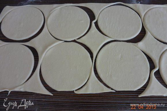 Пласт теста раскатать толщиной 7-8 мм, круглой или фигурной выемкой вырезать четное количество кружков.