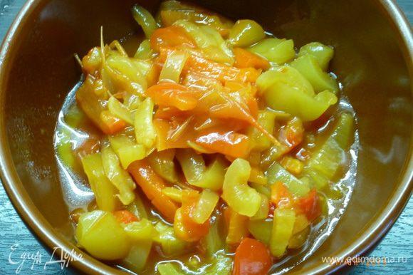 ..перец сладкий болгарский, у меня был из домашнего лечо. Еще нам нужен соус, любой томатный. Я просто смешала кетчуп и майонез.