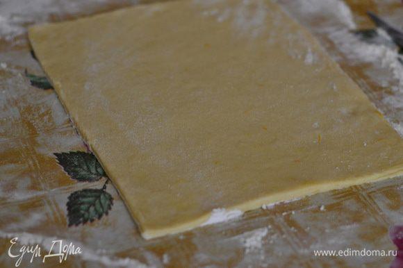 Раскатать тесто тонко в прямоугольник.