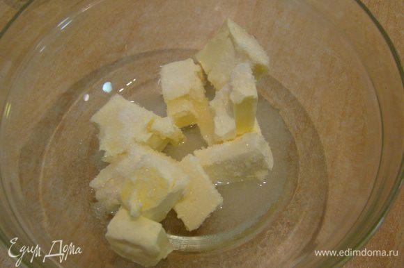 Для теста: соединяем масло, сахар, воду, соль - растапливаем в СВЧ