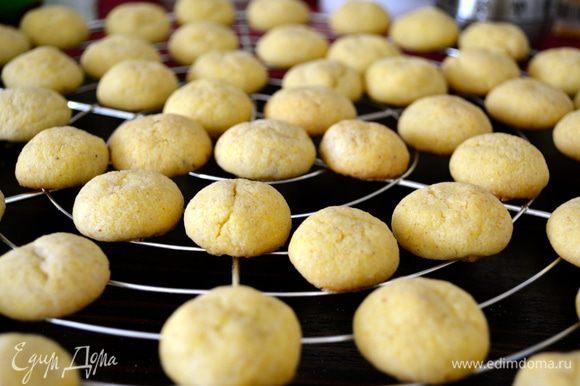 Готовое печенье достать из духовки и дать ему пару минут постоять. Не трогать сразу, оно очень хрупкое и может поломаться!... Через пару-тройку минут переложить печенье остывать (например, на решетку) и выложить на противень вторую партию шариков из теста...