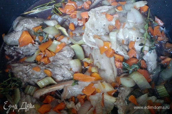Выложить овощи и мясо в сотейник, залить вином и тушить 1,5 часа. Я готовила в мультиварке на режиме тушения 2 часа.