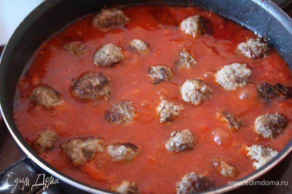 Затем вливаем томаты вместе с соком,доводим до кипения и давим помидоры (если они у вас целые,если кусочками,то не надо).Солим,перчим.кладем наши шарики,доводим до кипения и варим 5 минут.