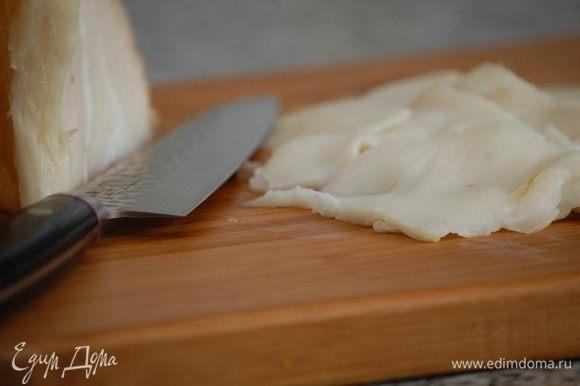 Семгу и масляную рыбу нарезать тонкими слайсами.