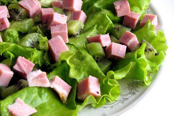 Добавить, нарезанные кубиком, мясо и киви.