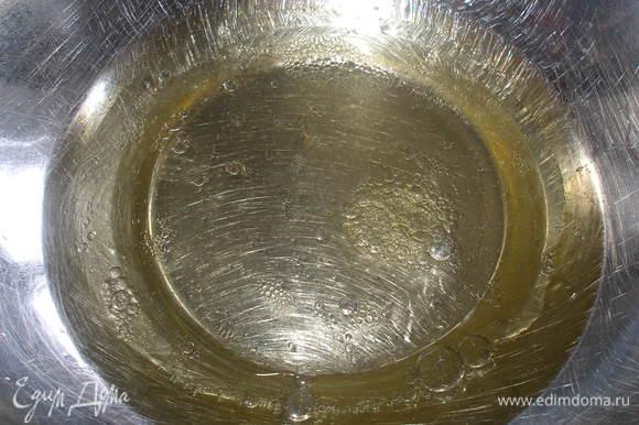 В миске смешать масло и воду.