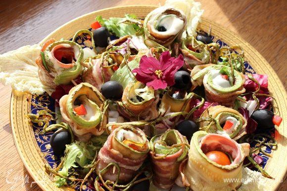 ...либо на общем блюде. На праздничном столе оно смотрится очень эффектно и разлетается моментально))) Приятного аппетита!