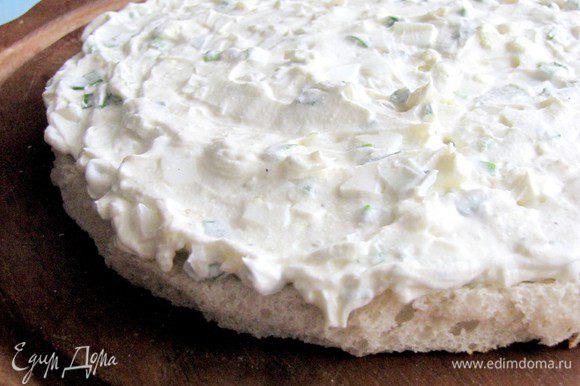 Начинаем собирать торт. Первый слой обильно намазываем яичным кремом.
