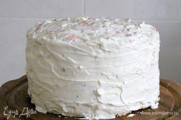 Смажем бока торта кремом, который мы отложили ранее. В таком виде ему можно дать настояться в холодильнике от 30 минут до 2 часов, но это не обязательно.
