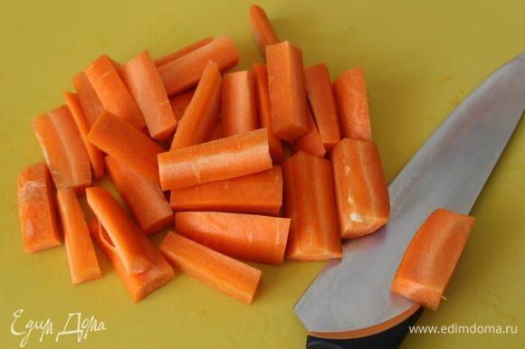 Крупными брусочками нарезать - морковь....